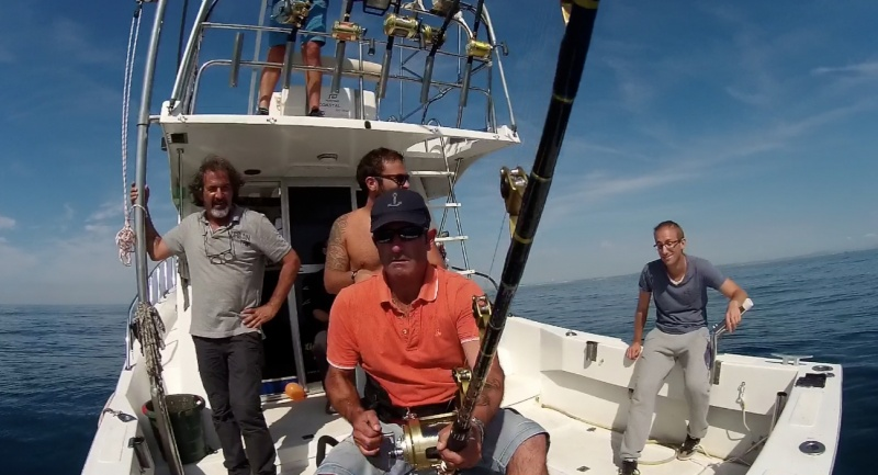 La pêche sur le crochet dans le contact